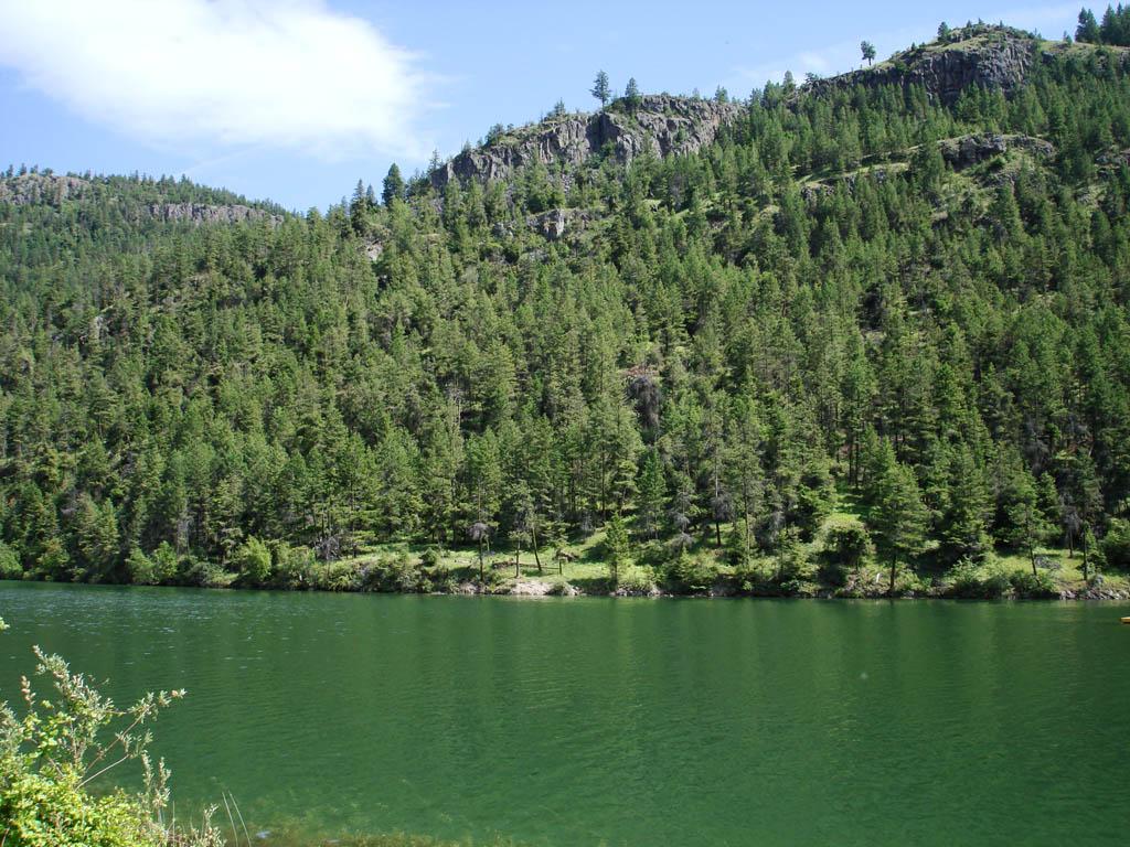 途中经过一个很美的湖