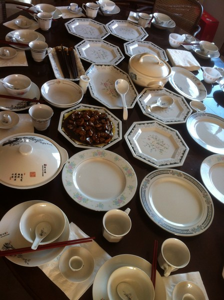 一入门就看到红老师准备了满桌的餐具