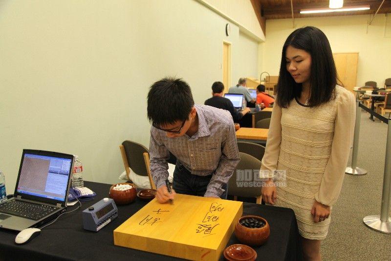 本届北美大师赛冠亚军在棋盘上签名留念