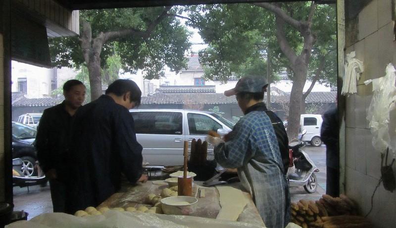 第三日,西塘的早晨,我坐在里面,大饼,油条,豆腐浆...