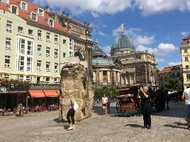 大轰炸废墟纪念,后面圆顶建筑是德累斯顿艺术学院