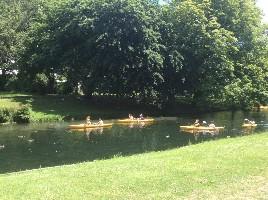 在雅芳河上荡舟的人们