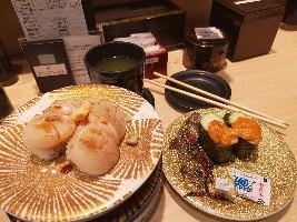 海胆刺身和瑶柱刺身寿司